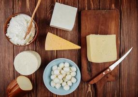 ovanifrån av ost på en träbakgrund foto
