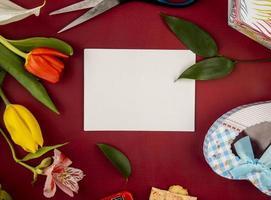 ovanifrån av ett gratulationskort mock-up med blommor och godis foto