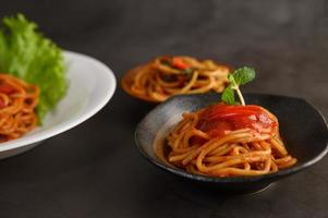 italiensk spagettipasta med tomatsås foto