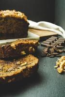 skivad tårta nära choklad
