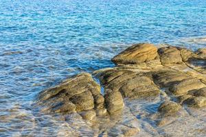bruna klippformationer i vattnet