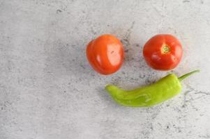 gröna paprika och färska tomater foto