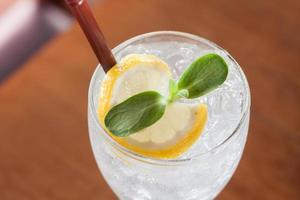 närbild av isvatten med en citronskiva