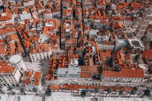 Flyg uppifrån och ner av en kroatisk stad