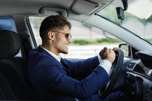affärsman som kör bil