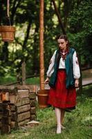 barfota ukrainsk tjej bär vatten foto