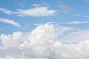 blå himmel med vita moln foto