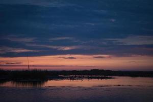 solnedgång på en sjö foto