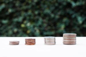 växande diagram för mynt för pengar med grön bakgrund foto