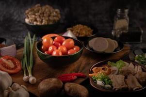 röda körsbärstomater med vårlök, paprika, tomater och rödlök