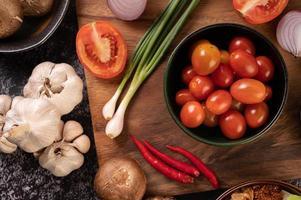 röda körsbärstomater med vårlök, paprika, tomater och rödlök foto