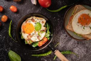 äggfrukost med korv och grönsaker