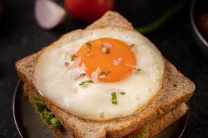 skinka och ägg frukost smörgås