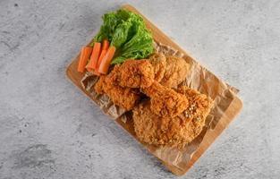 krispig stekt kyckling på en skärbräda foto
