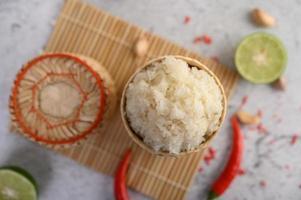 thai klibbigt ris med chili, lime och vitlök