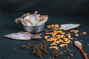 torkad skaldjur på ett svart träbord foto