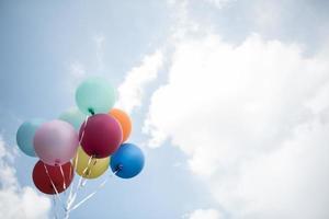 färgglada ballonger mot en blå himmel foto