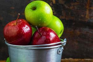 metallskål med äpplen foto