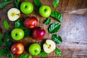 äpplen och blad på ett bord foto