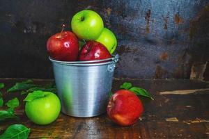 hink med äpplen foto