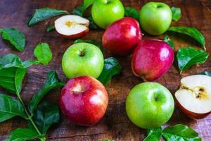röda och gröna äpplen foto
