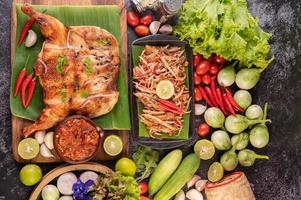thailändsk papayasallad omgiven av grönsaker och kyckling