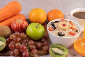 dessert kopp med äpplen, kiwi, apelsin och druvor
