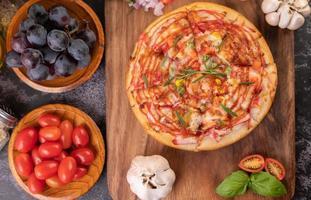 hemlagad pizza med ingredienser foto