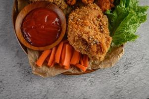 krispig stekt kyckling med sås foto