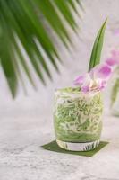 efterrätt i ett glas på ett bananblad