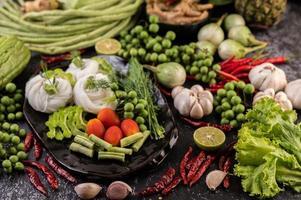 risnudlar med bönor, tomater, melon och chili