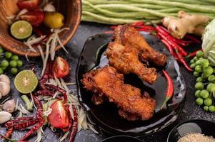 stekt kycklingbitar med grönsaker