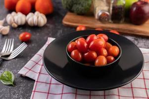 färska mogna tomater på en röd rutig trasa