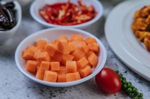 morötter med tomater och färska pepparfrön foto