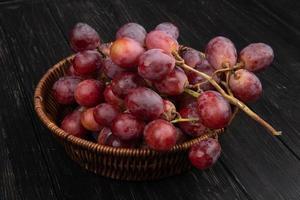 närbild av röda druvor i en skål