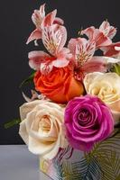bukett med färgglada blommor