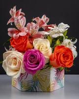 vas med färgglada blommor