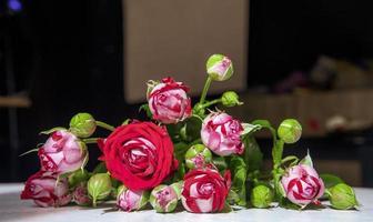 röda och vita rosor på ett bord