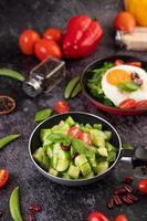 gurkor som stekas med tomater