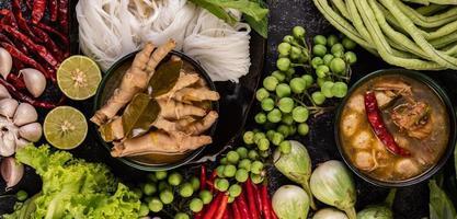 risnudlar och kycklingfötter med bönor