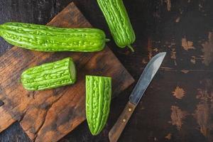 ovanifrån av gröna kalebasser på en skärbräda foto