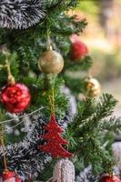 närbild av ett dekorerat julgran