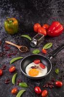 stekte ägg i en stekpanna med bönor