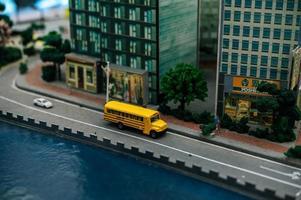 närbild av små miniatyrbilar foto
