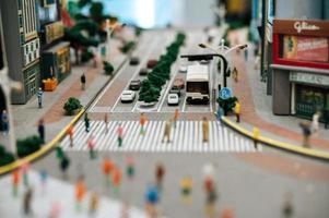 närbild av små bilmodeller på vägen foto