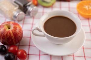 kaffe med diverse frukt foto