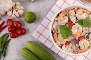 räksallad med tomater och koriander foto