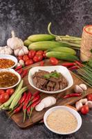 grillad fläsklever och ingredienser på bakgrund foto