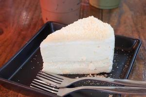 vit tårta på en svart tallrik foto