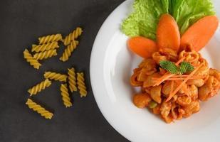 uppstekt tomatmakaroni foto